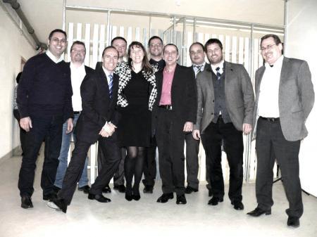 Das Bild zeigt die Gründer der afm Raumkonzepte GmbH Katja Amend, Jörg Fischer, Andreas Mank mit einigen Gästen vor dem neu entwickelten Produktportfolio.